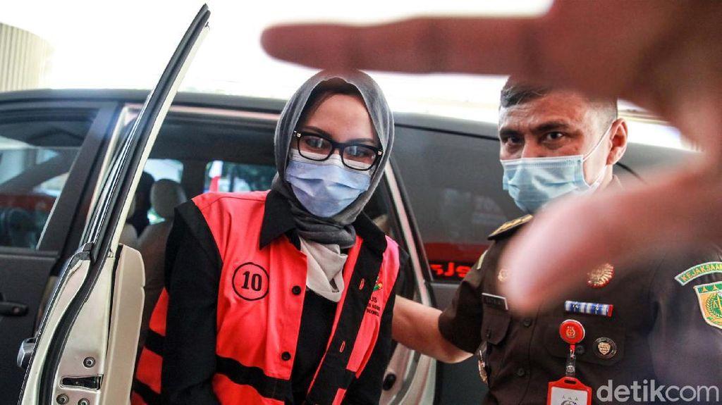 Penampakan Jaksa Pinangki Berkerudung Abu-abu