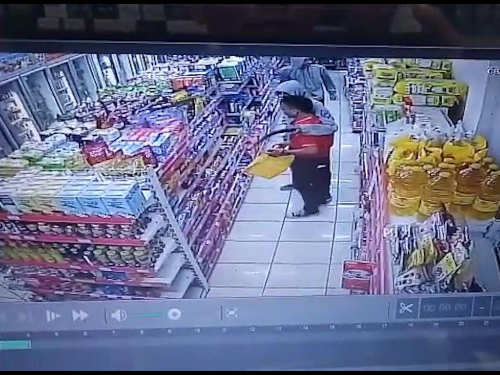 Video Perampok Bercelurit Satroni Minimarket di Bekasi