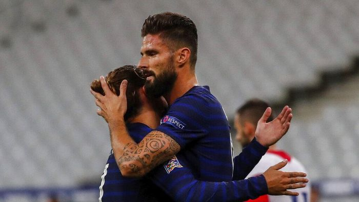 Frances Olivier Giroud, right, is congratulated by Antoine Griezmann after scoring a penalty shoot during a UEFA Nations League soccer match against Croatia at the Stade de France stadium in Saint-Denis, north of Paris, France, Tuesday, Sept. 8, 2020. (AP Photo/Francois Mori)