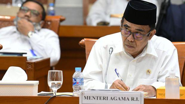 Menteri Agama Fachrul Razi menyimak pertanyaan anggota Komisi VIII DPR saat rapat kerja di Kompleks Parlemen Senayan, Jakarta, Selasa (8/9/2020). Rapat kerja tersebut membahas RKA K/L Tahun Anggaran 2021 serta isu-isu terkini, contohnya tentang radikalisme. ANTARA FOTO/Puspa Perwitasari/foc,