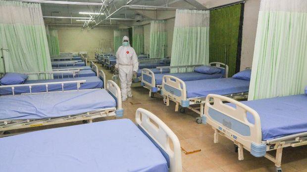 Petugas menyiapkan peralatan kesehatan di ruang isolasi pasien COVID-19 di Stadion Patriot Chandrabhaga, Bekasi, Jawa Barat, Rabu (9/9/2020). Pemerintah setempat menyiapkan ruang isolasi tambahan yang dapat menampung 55 pasien COVID-19. ANTARA FOTO/ Fakhri Hermansyah/aww.