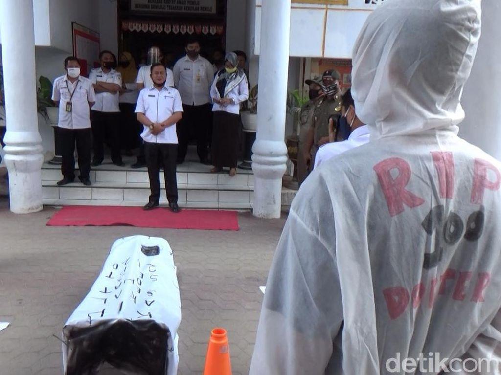 Massa Ber-APD-Bawa Keranda Protes Konser Deklarasi Cagub Puhuwato