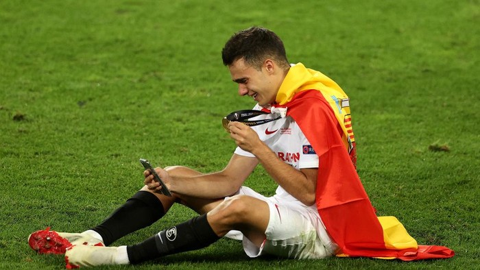 COLOGNE, GERMANY - AUGUST 21: Sergio Reguilon of Sevilla celebrates with his winners medal on facetime following his teams victory in the UEFA Europa League Final between Seville and FC Internazionale at RheinEnergieStadion on August 21, 2020 in Cologne, Germany. (Photo by Lars Baron/Getty Images)