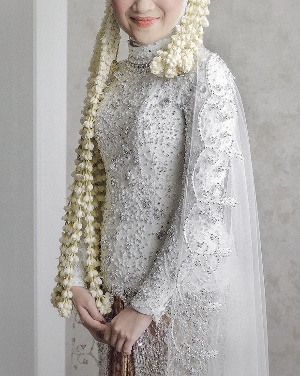 kebaya yang ciamik menjadi salah satu impian semua pengantin. kamu bisa wujudkan bersama desainer renzila zuardi