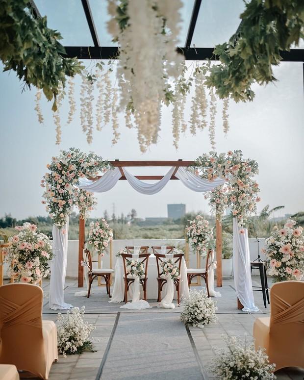 Baik itu decor indoor maupun outdoor bisa kamu request pada wedding design bogor ini