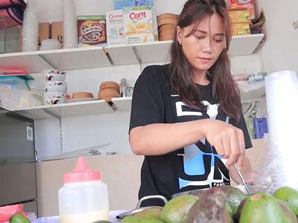 Pesona 5 Penjual Es Cantik, Tawarkan Dawet Ireng hingga Alpukat Kocok