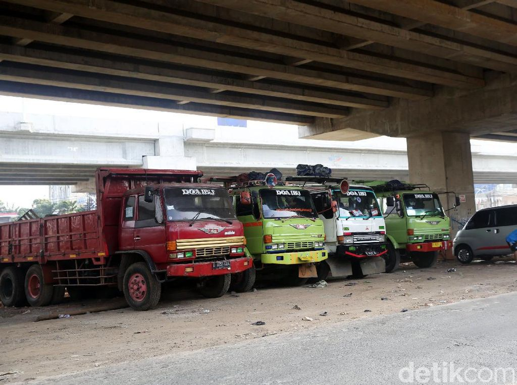 Kolong Tol Becakayu Jadikan Parkiran Truk