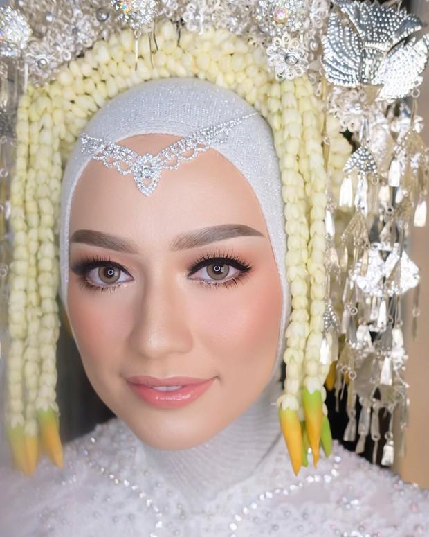 mulai dari makeup flawless hingga bold bisa kamu wujudkan bersama Vera Ferial