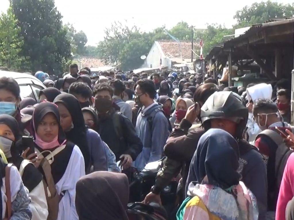 Video Kerumunan Pelamar Kerja Pabrik di Purwakarta Dibubarkan Polisi