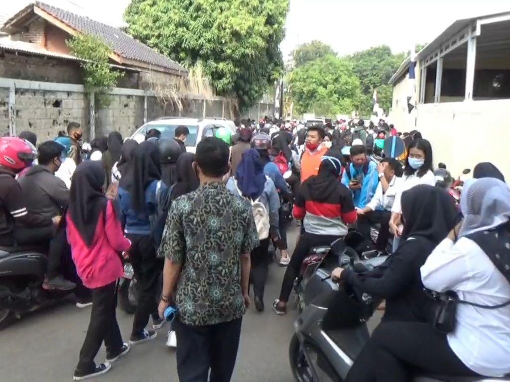 Polisi Bubarkan Ribuan Pelamar Kerja di Pabrik Sepatu Purwakarta