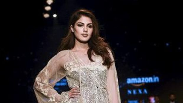 Bollywood actress Rhea Chakraborty presents a creation by Indian designer Nina Dhaka during the Amazon India Fashion Week Autumn Winter 2018 in New Delhi on March 15, 2018. (Photo by CHANDAN KHANNA / AFP)