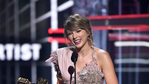 LAS VEGAS, NEVADA - MAY 20: Recording artist Taylor Swift accepts an award during the 2018 Billboard Music Awards at MGM Grand Garden Arena on May 20, 2018 in Las Vegas, Nevada.   Ethan Miller/Getty Images/AFP