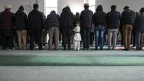Inggris Izinkan Masjid Tetap Beroperasi