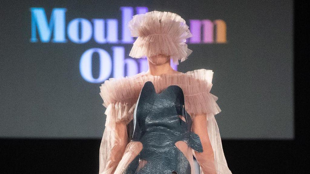 Ada Corona, 12 Model Catwalk dengan Mata Tertutup Masker di Pekan Mode Vienna
