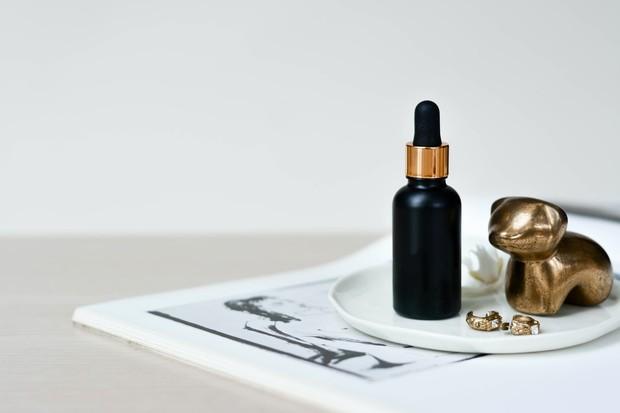 Aplikasikan serum beberapa menit setelah toner. Pilih serum yang sesuai dengan kebutuhan dan permasalahan kulit.