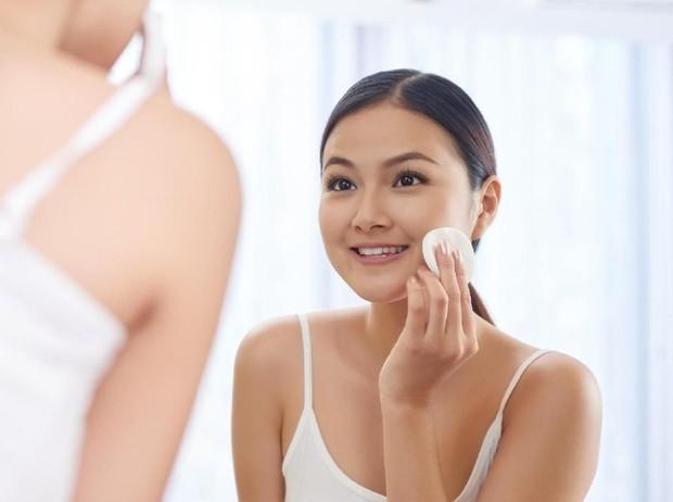 Toner berkhasiat menyeimbangkan pH kulit wajah serta membersihkan wajah dua kali lipat setelah pemakaian facial wash.