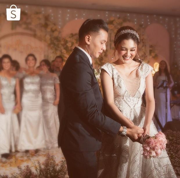 Nella Kharisma memilih mengenakan dua gaun pengantin dalam resepsi pernikaha nya.