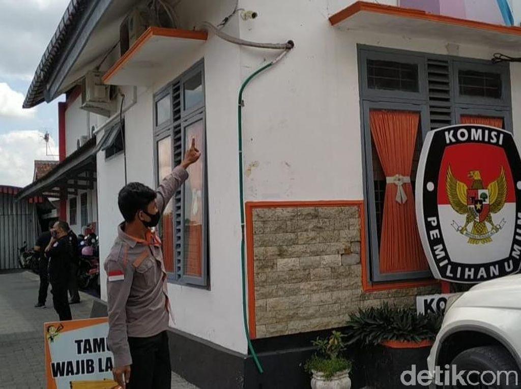 Polisi Cek CCTV KPU Kota Blitar yang Diteror Kembang dan Boneka Tertusuk Jarum