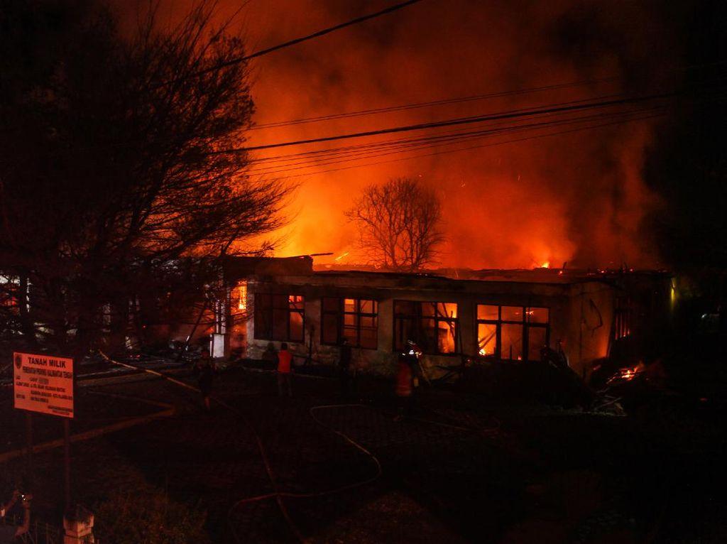 Penampakan Kobaran Api Lalap Gedung Perkantoran Tak Terpakai di Kalteng