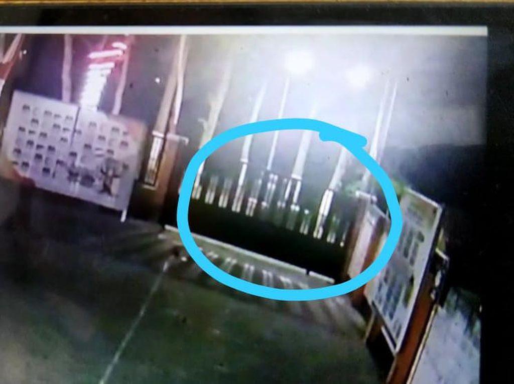Pria Diduga Peneror KPU Kota Blitar Terekam CCTV