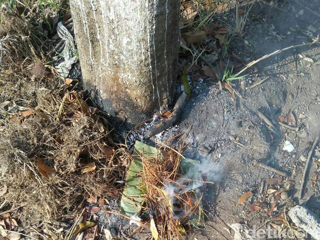 Kembang dan Boneka yang Jadi Alat Teror KPU Kota Blitar Dibakar