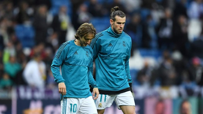 MADRID, SPAIN - APRIL 11:  Luka Modric of Real Madrid talks to Gareth Bale of Real Madrid during the warm up prior to the UEFA Champions League Quarter Final Second Leg match between Real Madrid and Juventus at Estadio Santiago Bernabeu on April 11, 2018 in Madrid, Spain.  (Photo by David Ramos/Getty Images)