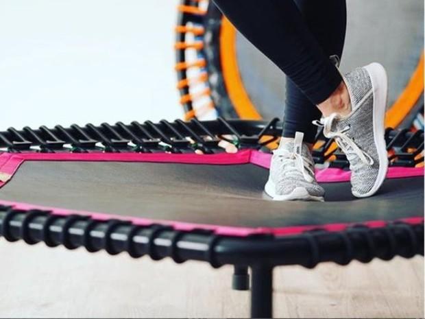 olahraga trampolin aman bagi orang dengan masalah lutut atau ankle karena risiko cedera yang lebih rendah