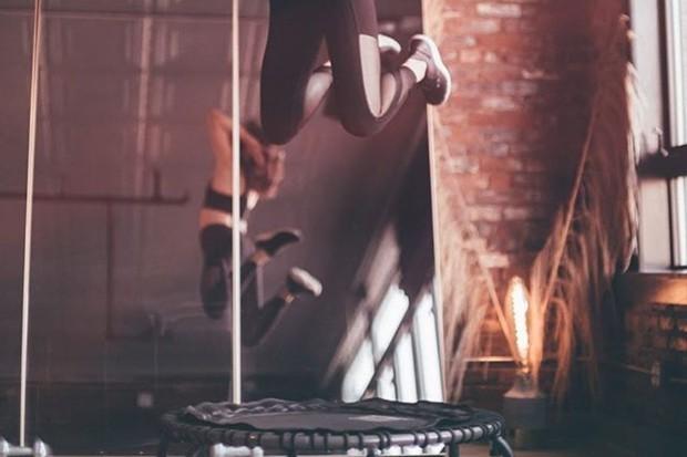 salah satu manfaat olahraga trampolin yaitu emperkuat tulang dan otot tubuh
