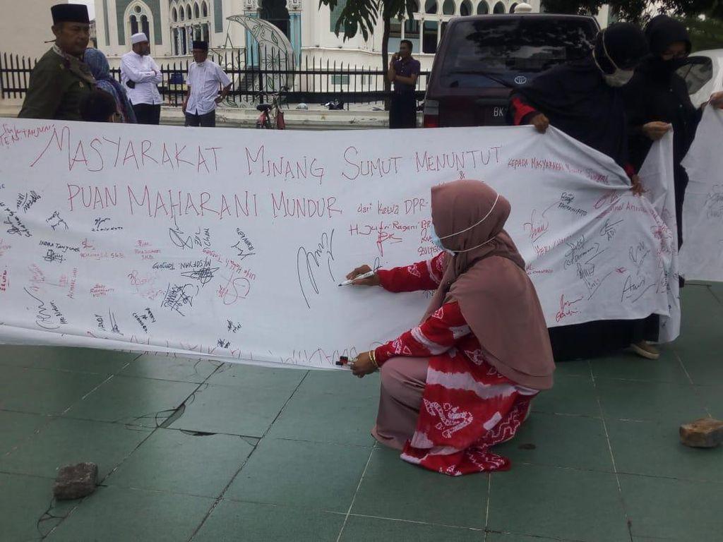 Kumpul di Masjid Raya Medan, Warga Minang Teken Spanduk Tuntut Puan Minta Maaf