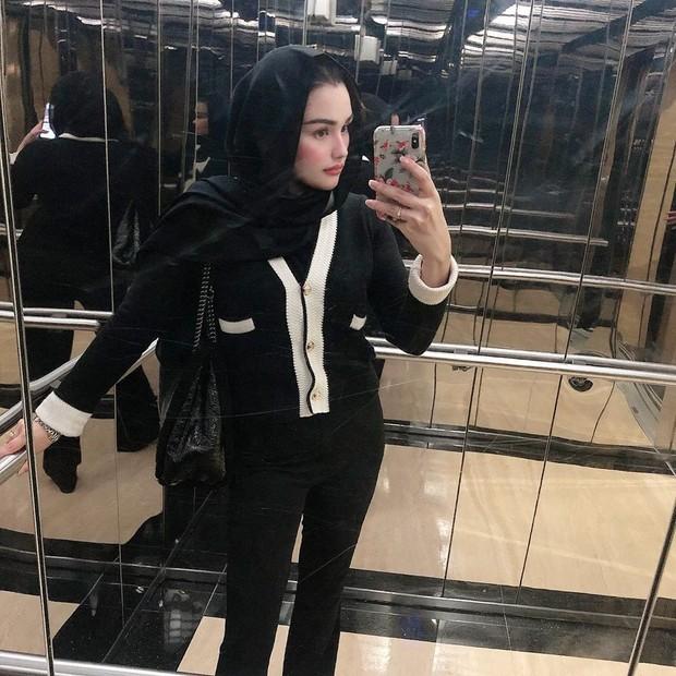 Celana, tshirt dan hijab hitam begitu kece saat dipadukan dengan  outer warna monokrom.