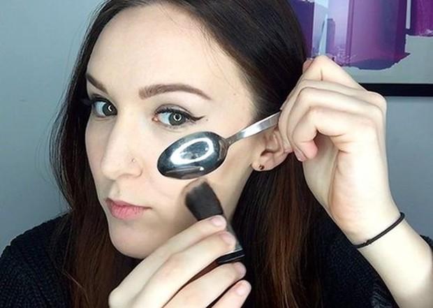 beauty hack sendok untuk counturing pipi
