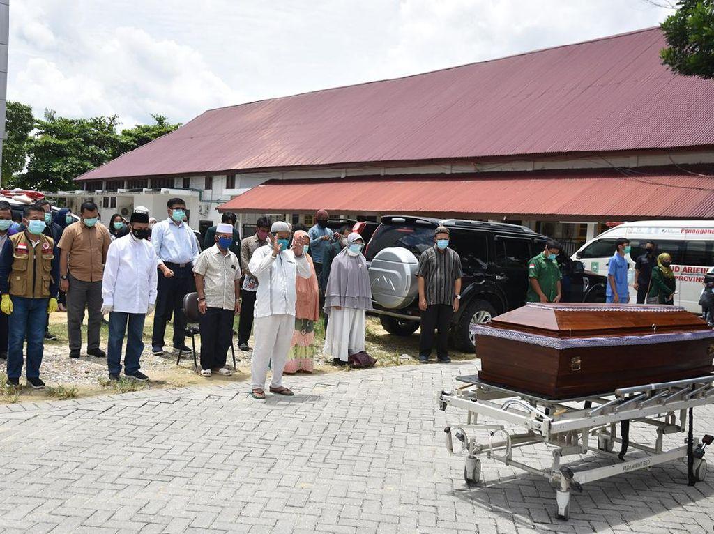 Dokter Positif Corona Wafat, Gubernur Riau Menangis Melepas Jenazah