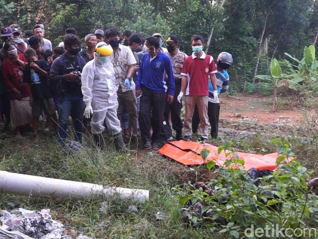 Evakuasi Mayat di Kolong Jembatan Tol Batang jadi Tontonan Warga
