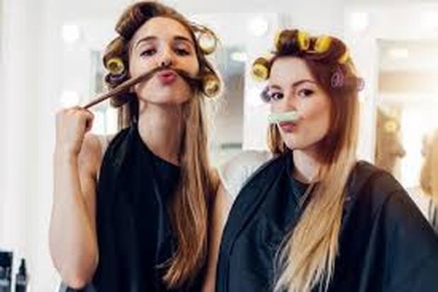 Menggunakan rol rambut bisa membantunya untuk terlihat lebih bervolume