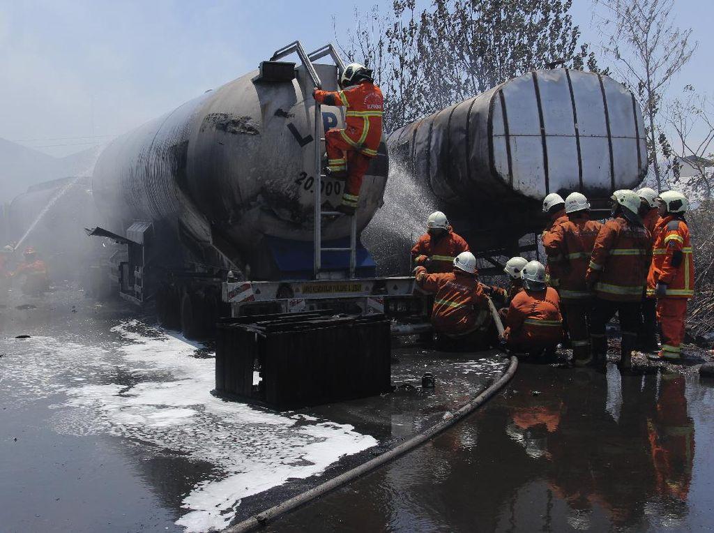 5 Truk Tanki di Surabaya Ini Ludes Terbakar Gegara Alang-alang