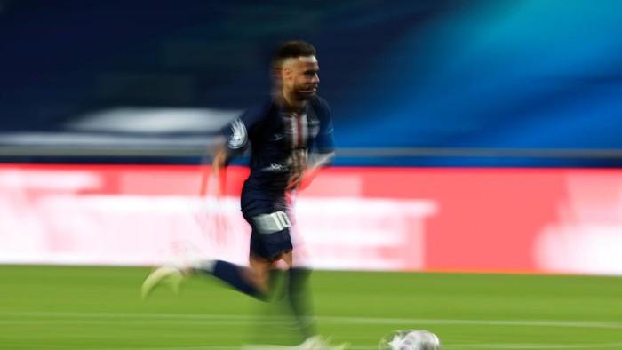 LISBON, PORTUGAL - AUGUST 18: Neymar of Paris Saint-Germain runs with the ball during the UEFA Champions League Semi Final match between RB Leipzig and Paris Saint-Germain F.C at Estadio do Sport Lisboa e Benfica on August 18, 2020 in Lisbon, Portugal. (Photo by Manu Fernandez/Pool via Getty Images)