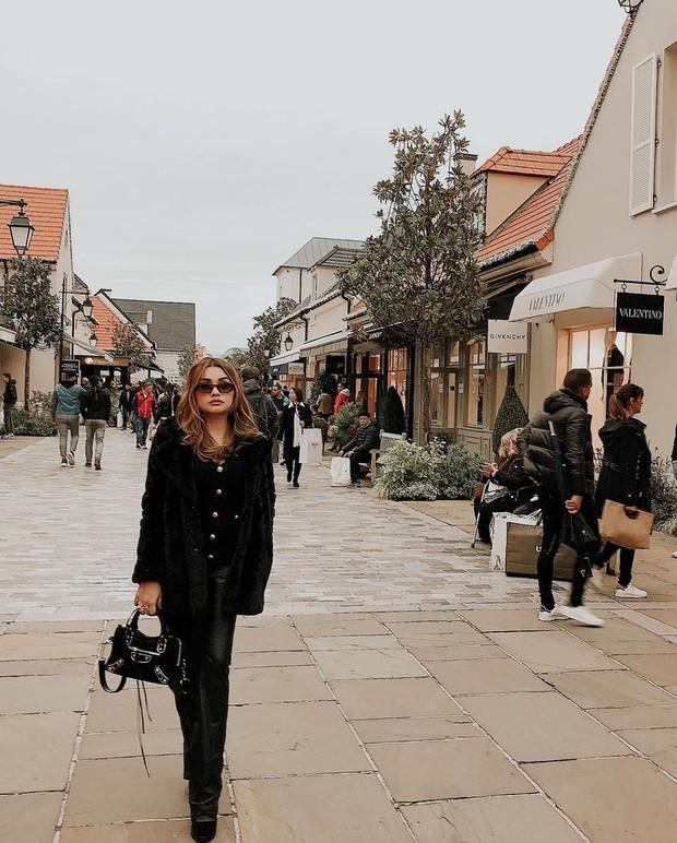 Outfit berupa buttoned top, bootcut pants dan velvet jaket merupakan pilihan yang tepat.
