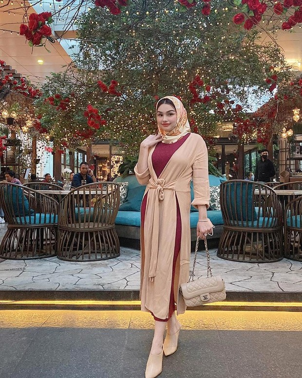 menjinjing tas branded channel membuat penampilan Nourah semakin berkelas