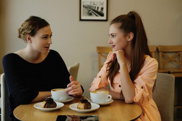 Seorang yang tulus akan memberikan kritikan yang membangun sedangkan teman yang tidak tulus hanya akan memberi kritik yang menjatuhkan