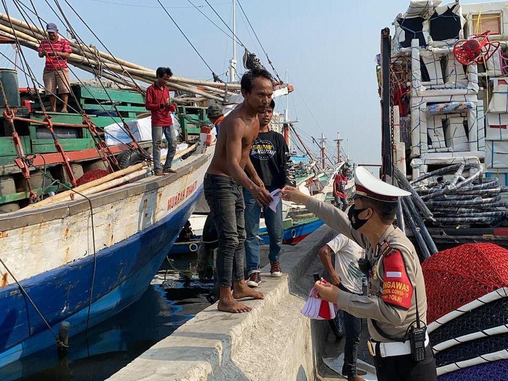 Cegah COVID-19, Polres Pelabuhan Tanjung Priok Bagikan 5.000 Masker untuk Warga