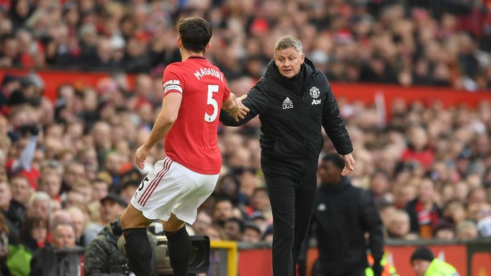 MANCHESTER, ENGLAND - NOVEMBER 10: Harry Maguire of Manchester United speaks with Ole Gunnar Solskjaer, Manager of Manchester United during the Premier League match between Manchester United and Brighton & Hove Albion at Old Trafford on November 10, 2019 in Manchester, United Kingdom. (Photo by Michael Regan/Getty Images)