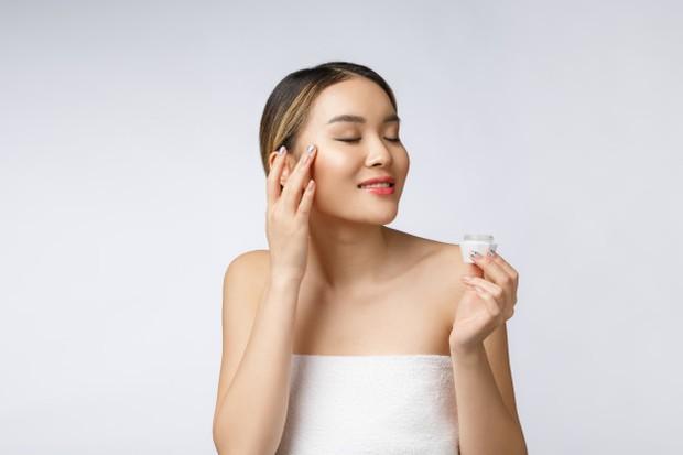 menggunakan sunscreen bisa menjadi langkah awal untuk mencegah jerawat pasir