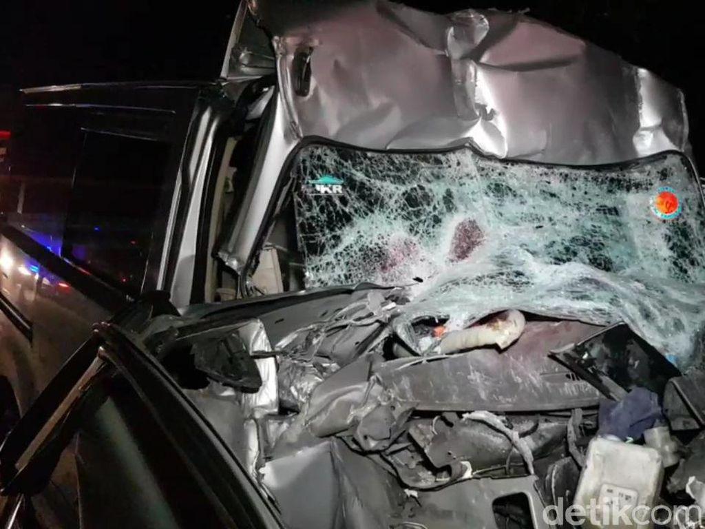 Penmpakan Minibus Ringsek Tabrak Truk di Tol Cipularang, 3 Tewas