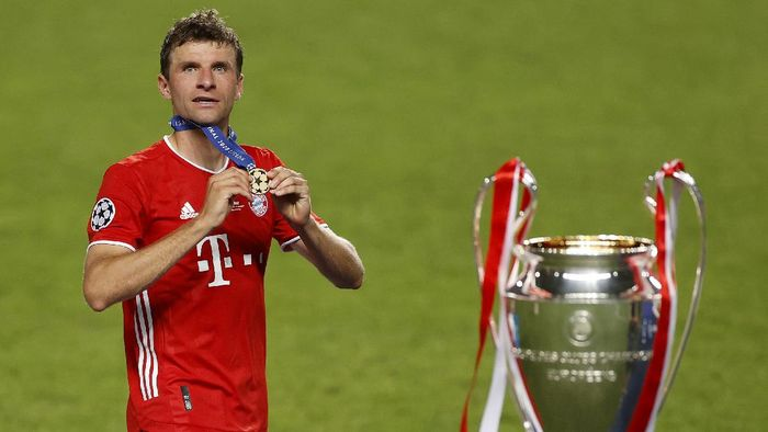 LISBON, PORTUGAL - AUGUST 23: Thomas Muller of FC Bayern Munich celebrates with his winners medal following the UEFA Champions League Final match between Paris Saint-Germain and Bayern Munich at Estadio do Sport Lisboa e Benfica on August 23, 2020 in Lisbon, Portugal. (Photo by Matt Childs/Pool via Getty Images)