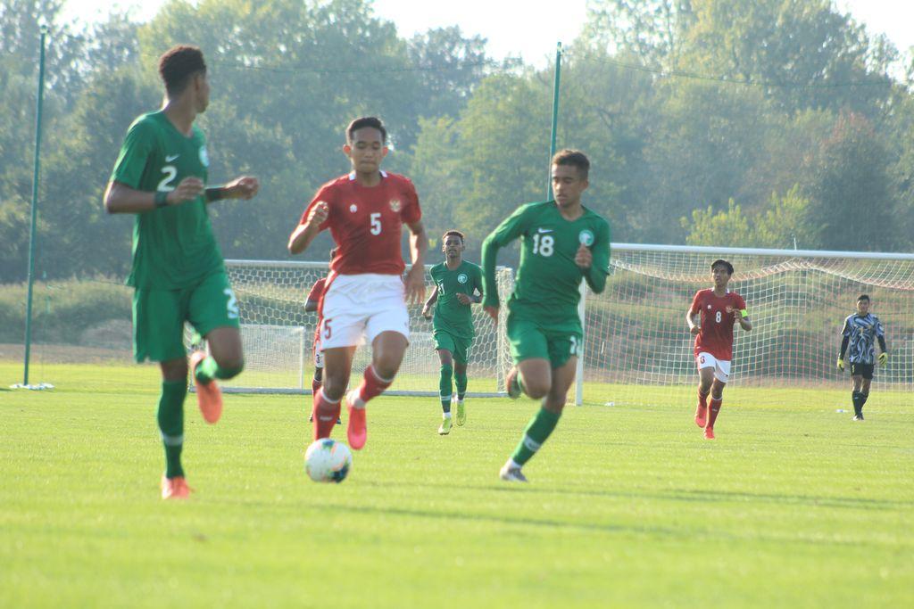 Rizky Ridho menguasai bola di tengah kepungan pemain-pemain Arab Saudi U-19.