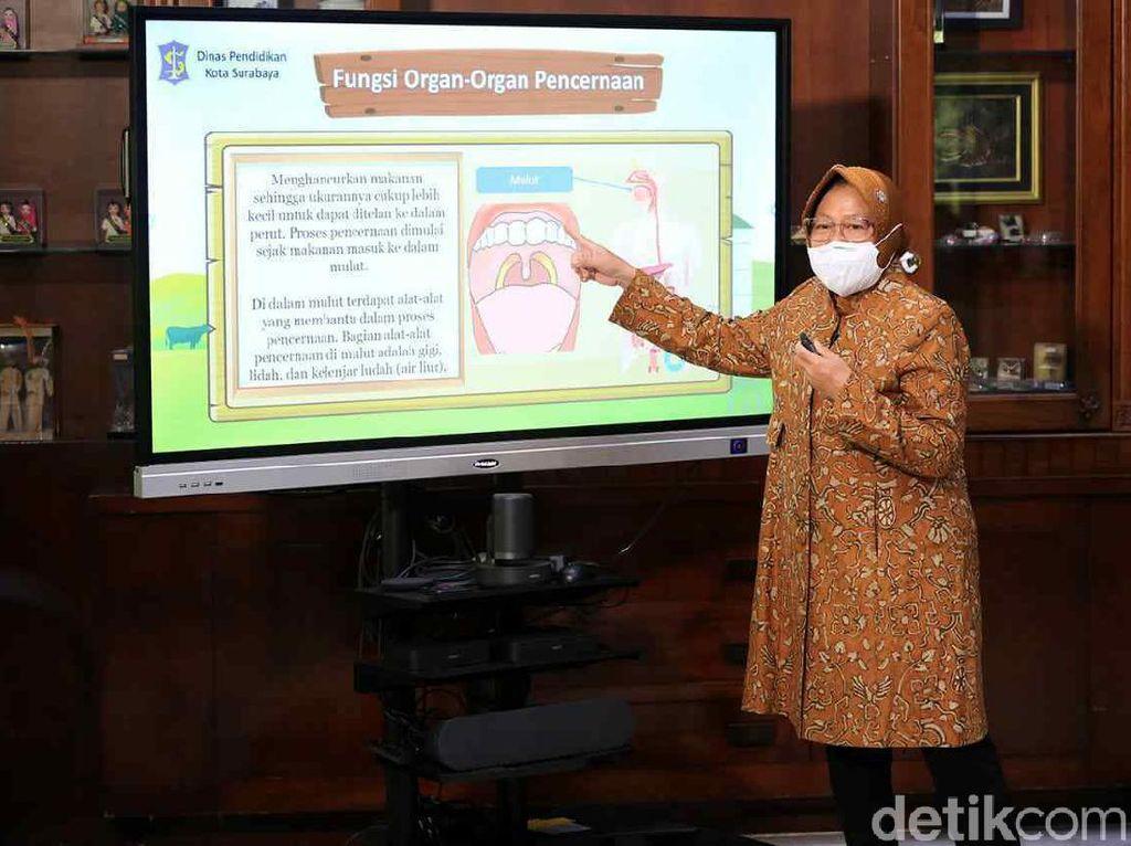 Risma Jadi Guru Sekolah Daring Siswa di Surabaya