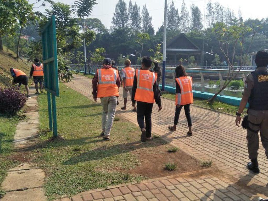 Terjaring Patroli, 20 Warga Tangsel Tak Bermasker Dihukum Bersihkan Fasum