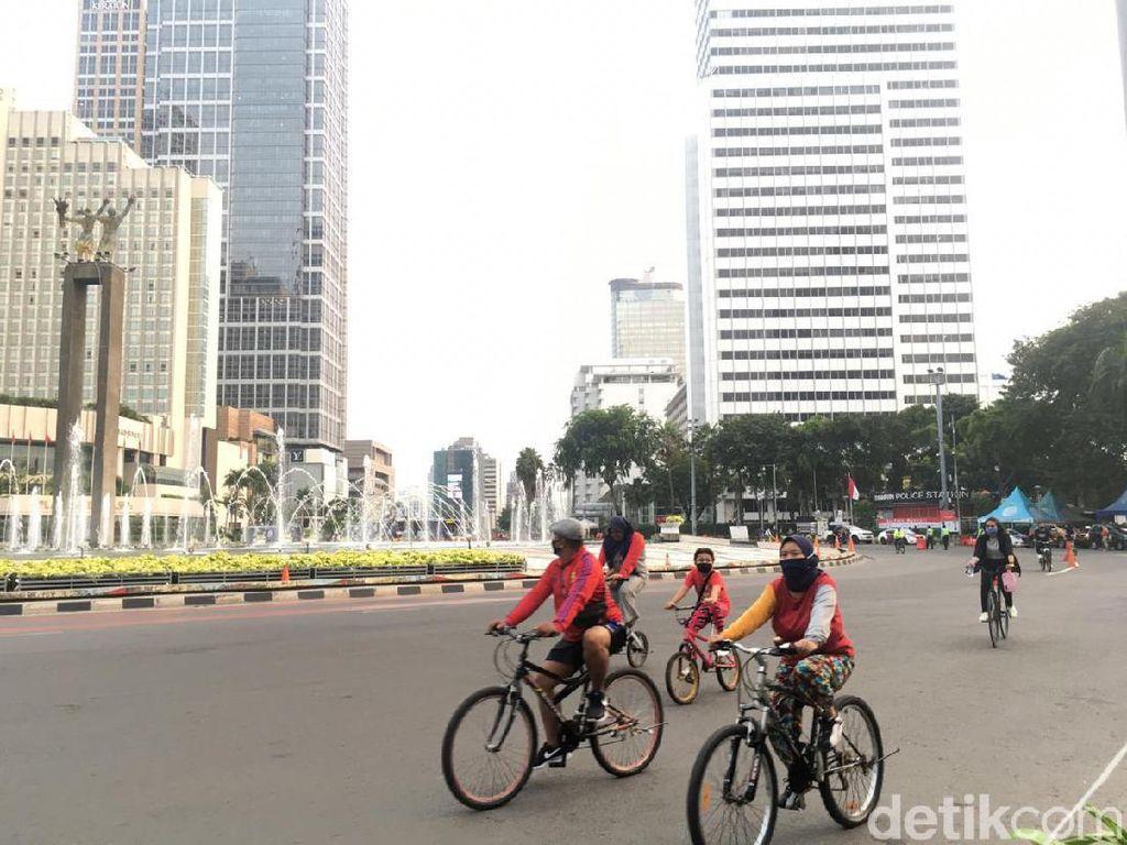 Akhir Pekan Terakhir Sebelum PSBB, Bundaran HI Masih Ramai Pesepeda