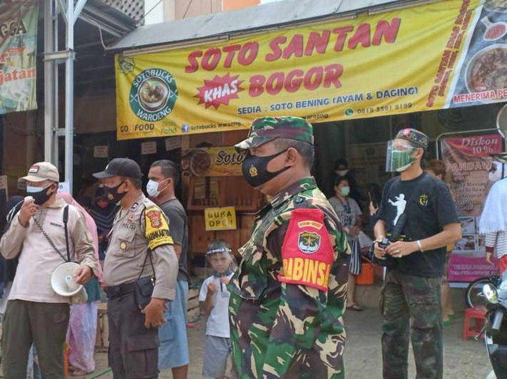 Pimpinan Ranting Muhammadiyah Puri Gading Bagi Masker-Rapid Test Gratis