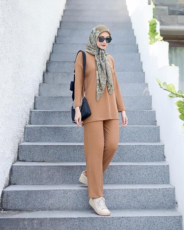 Bahjatina mengenakan hijab segiempat model ikat